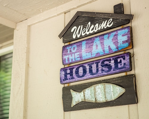 Lake Front Charming Chalet, Swim, Boat, Relax, Canoe, Kayak, Fire Pit