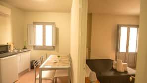 Frigorífico grande, microondas, placa de cocina y cafetera o tetera