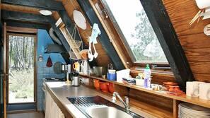 Kjøleskap, kokeplater, kaffetrakter/tekoker og høy barnestol