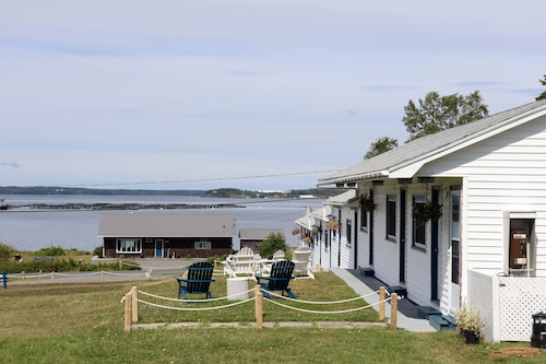 Friars Bay Inn & Cottages