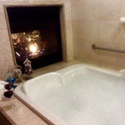 Romantic Spa Experience in Luxurious Creekside Honeymoon Cottage in the Landings