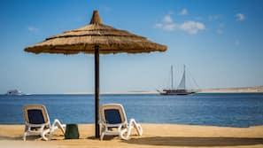 Privatstrand in der Nähe, Liegestühle, Sonnenschirme