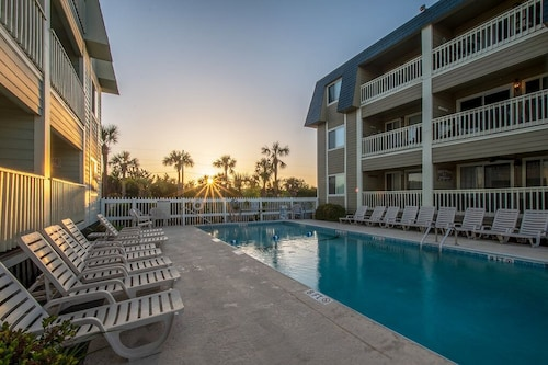 IOP - 2br/2ba - Steps to Beach & Pier - Pool - Great Location!!!
