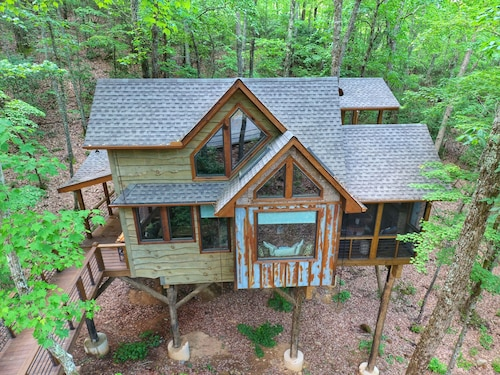 Inn The Ravine Luxury Treehouse hot Tub, Fireplace, Firepit, Secluded