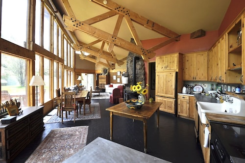 Gorgeous Boutique Ranch Next to Skiing, Fishing, Rafting