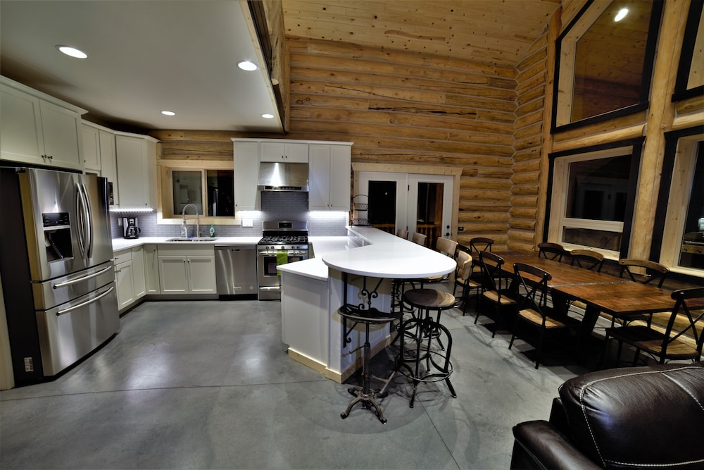 Private Kitchen, Leigh Creek Log Home With Hot Tub, Great Deck, Access to Yellowstone and Teton