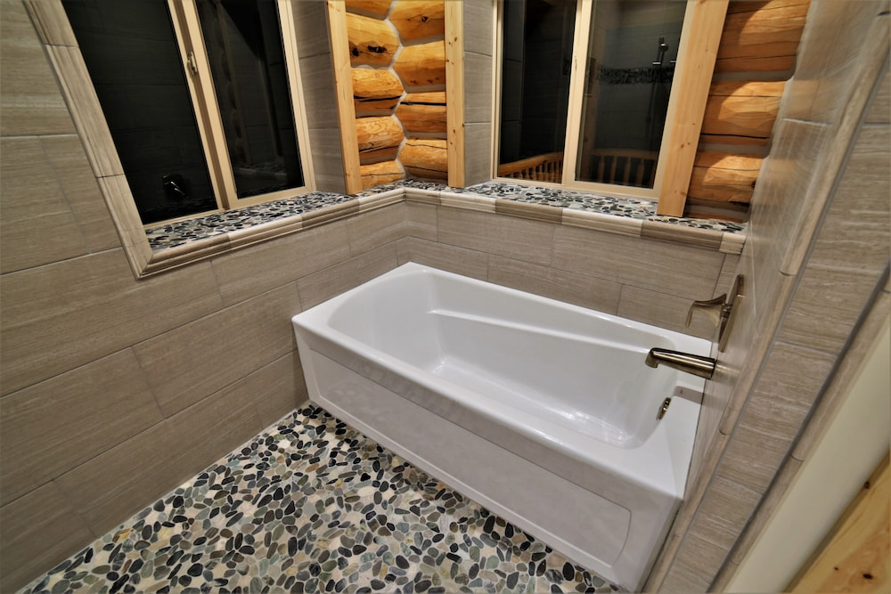 Bathroom, Leigh Creek Log Home With Hot Tub, Great Deck, Access to Yellowstone and Teton