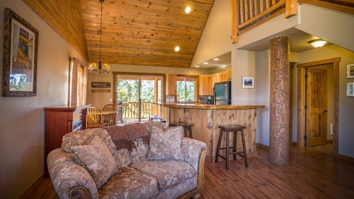 Great Price! Cabin on Flathead River 20 Mins to Glacier National Park!