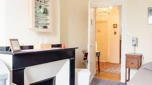 1 dormitorio, caja fuerte, escritorio y tabla de planchar con plancha