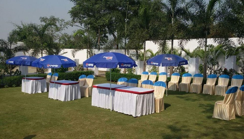 Outdoor Banquet Area, Kings Resort