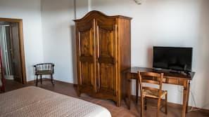 1 camera, una scrivania, culle/letti per bambini (gratuiti), lenzuola