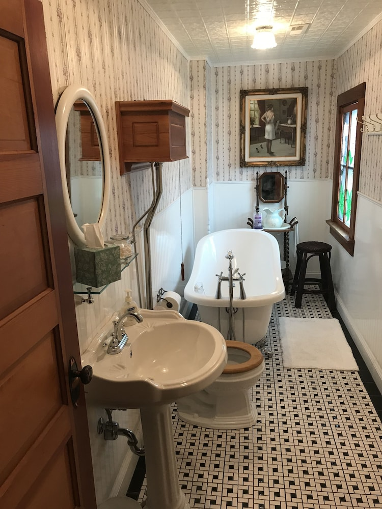 Bathroom, Oft's Bed and Breakfast