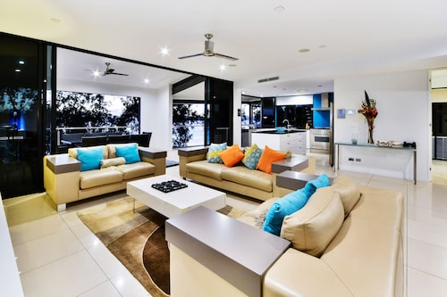 Villa 2 The Edge Oceanfront  Deluxe 3 Bedroom Near Marina With Golf Buggy