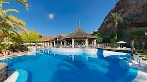 5 piscinas al aire libre (de 10:00 a 18:00), sombrillas, tumbonas