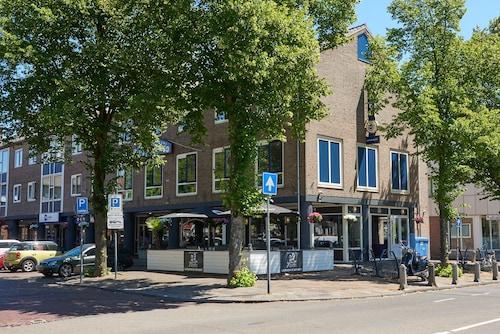Historische Tuin Aalsmeer : Via de ophaalbrug entree naar de historische tuin en tuinhuis