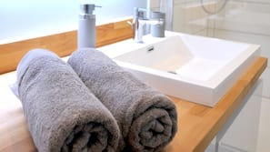 Shower, free toiletries, towels