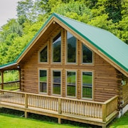 King Cabin - Luxury Honeymoon Getaway w/ hot tub & Fireplace
