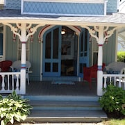 Stunning Victorian Across From Inkwell Beach. Steps to Town, Ferry. Porch & Lawn