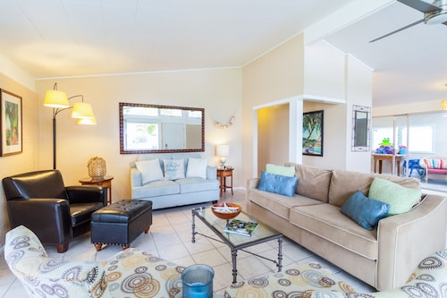 Serene 3br W/ Lanai & Private Yard, Walk To Beach 3 Bedroom Home