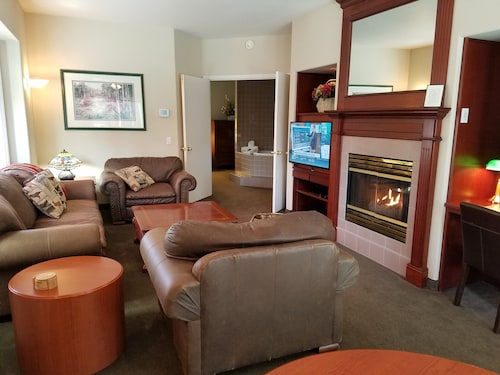 Great Place to stay Redwood Hyperion Suites near Grants Pass