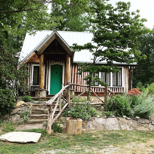 Fully Renovated 100-yr Old Log Cabin, Romantic Hot Tub Getaway