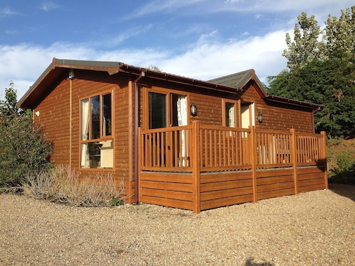 Charming Pet-friendly Lodge With River Views, Ideal for Couples and Families