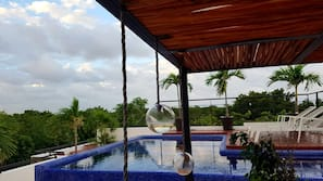 Una piscina al aire libre, una piscina en la azotea