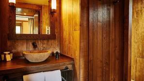Douche, articles de toilette gratuits, sèche-cheveux