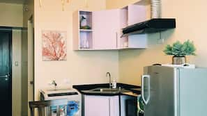 Full-sized fridge, microwave, hob, rice cooker