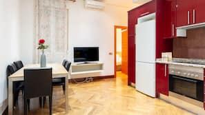 Een koelkast/vriezer, een magnetron, een kookplaat