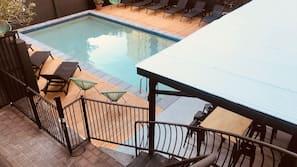 室外游泳池,07:00 至 22:00 开放,日光浴躺椅