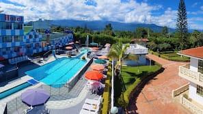 Een buitenzwembad, gratis zwembadcabana's, parasols voor strand/zwembad