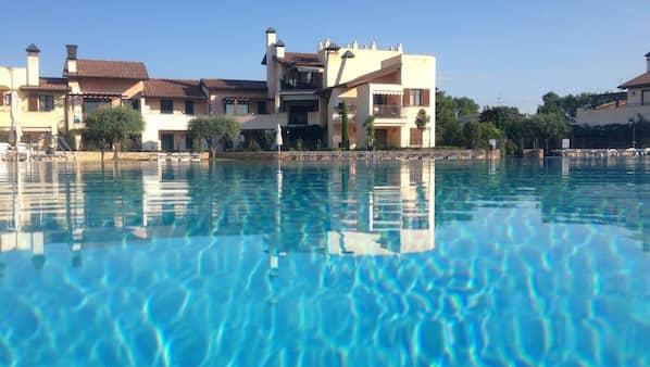 Una piscina al aire libre de temporada (de 9:00 a 18:00), tumbonas