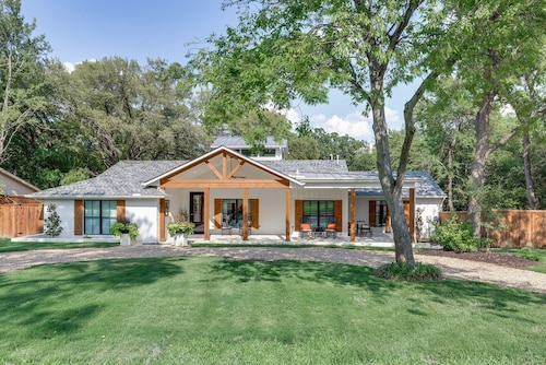 NEW Designers Luxury Home! Near Gaylord Sleeps 18 Pool/ Lake Grapevine