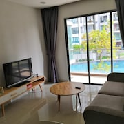 Univ 360 Cozy Apartment with Pool View