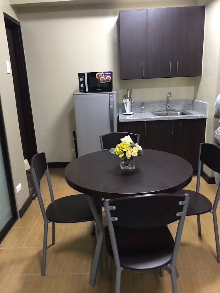 In-Room Dining, Pioneer Woodlands Condominium