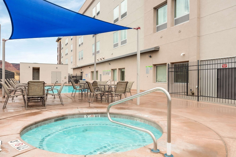 Outdoor Spa Tub, La Quinta Inn & Suites by Wyndham Kanab