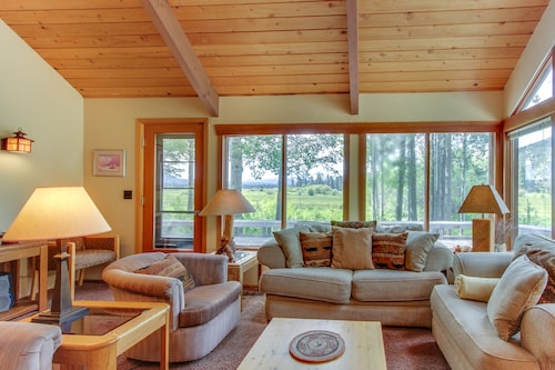 NEW Listing! Peaceful Mountain Home W/shared Pool & hot tub Near Hiking and More