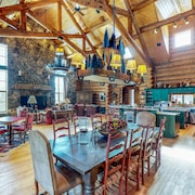 Secluded Lodge on 40 Acres - mtn Views, Private hot Tub, Pool Table