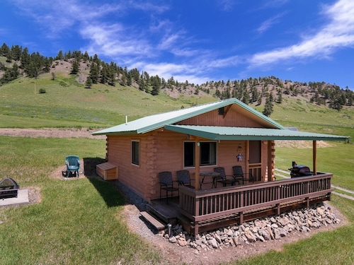 Elk Cabin Sleeps 4 With Beautiful Views of the Beartooth Mountains