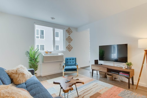 Sunny Urban Getaway With Community Fitness Center Courtyard And More