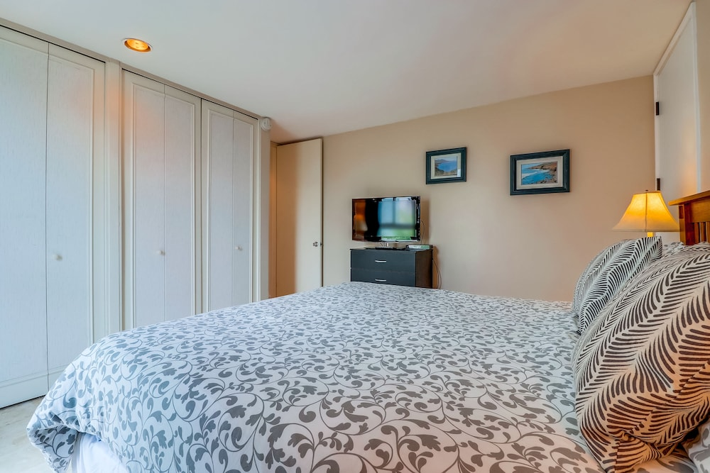 Room, Come Enjoy the Sunny Weather at This 2 Bedroom Condo!