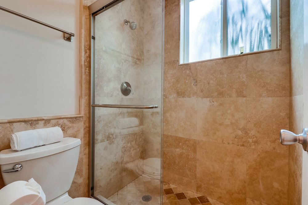 Bathroom, Come Enjoy the Sunny Weather at This 2 Bedroom Condo!