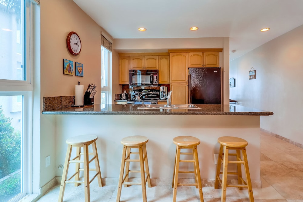 Private Kitchen, Come Enjoy the Sunny Weather at This 2 Bedroom Condo!