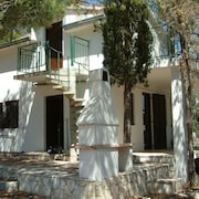 Villa With Flexible Accom/ sea & Forest Views, 40m From bay