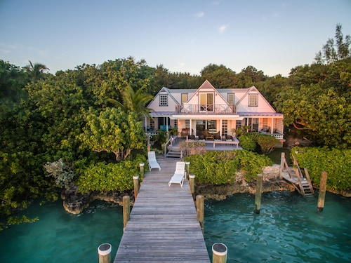 Bay Cottage Home With a Private Dock