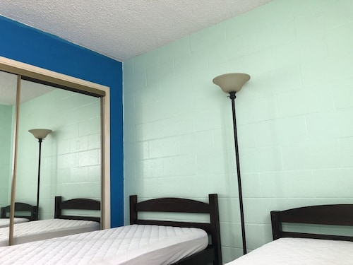 Great Place to stay Twin Guest Room 35 -convenience Market, Shopping, Bus near Waipahu
