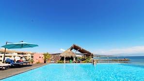 2 piscinas al aire libre (de 9:00 a 21:00), sombrillas, tumbonas