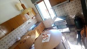 Frigorifero, piano cottura, prodotti per la pulizia