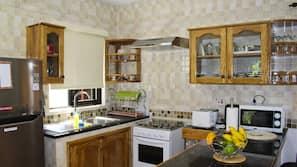 Frigorífico, microondas (previa solicitud), horno y placa de cocina